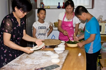 The dough is twisted into a thin rope while the filling (made of chives, mushrooms, tofu and other ingredients) is prepared.